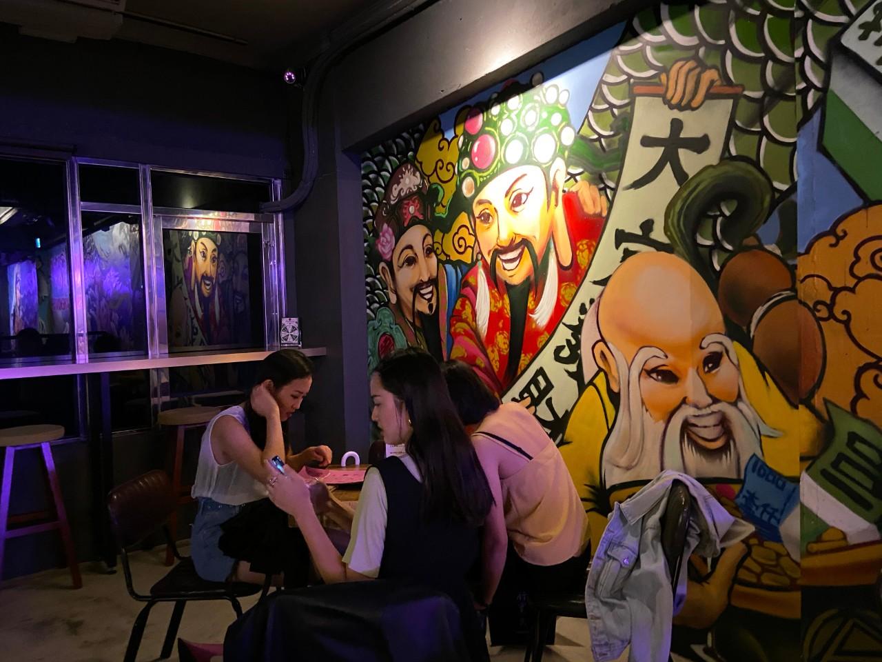 成都玖肆/蒂寶麻雀館/心肝寶貝:酒吧環境介紹,復古風塗鴉牆