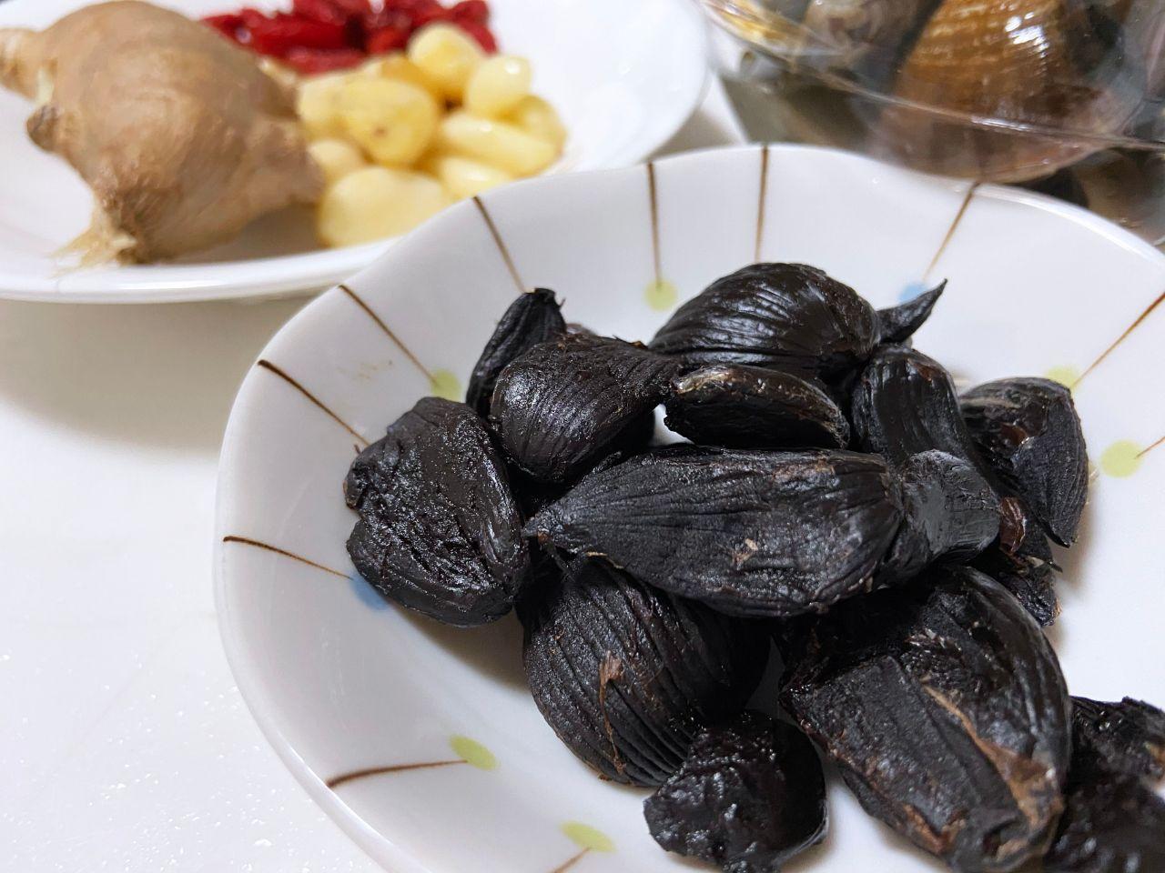 黑蒜蛤蜊雞湯:黑蒜頭