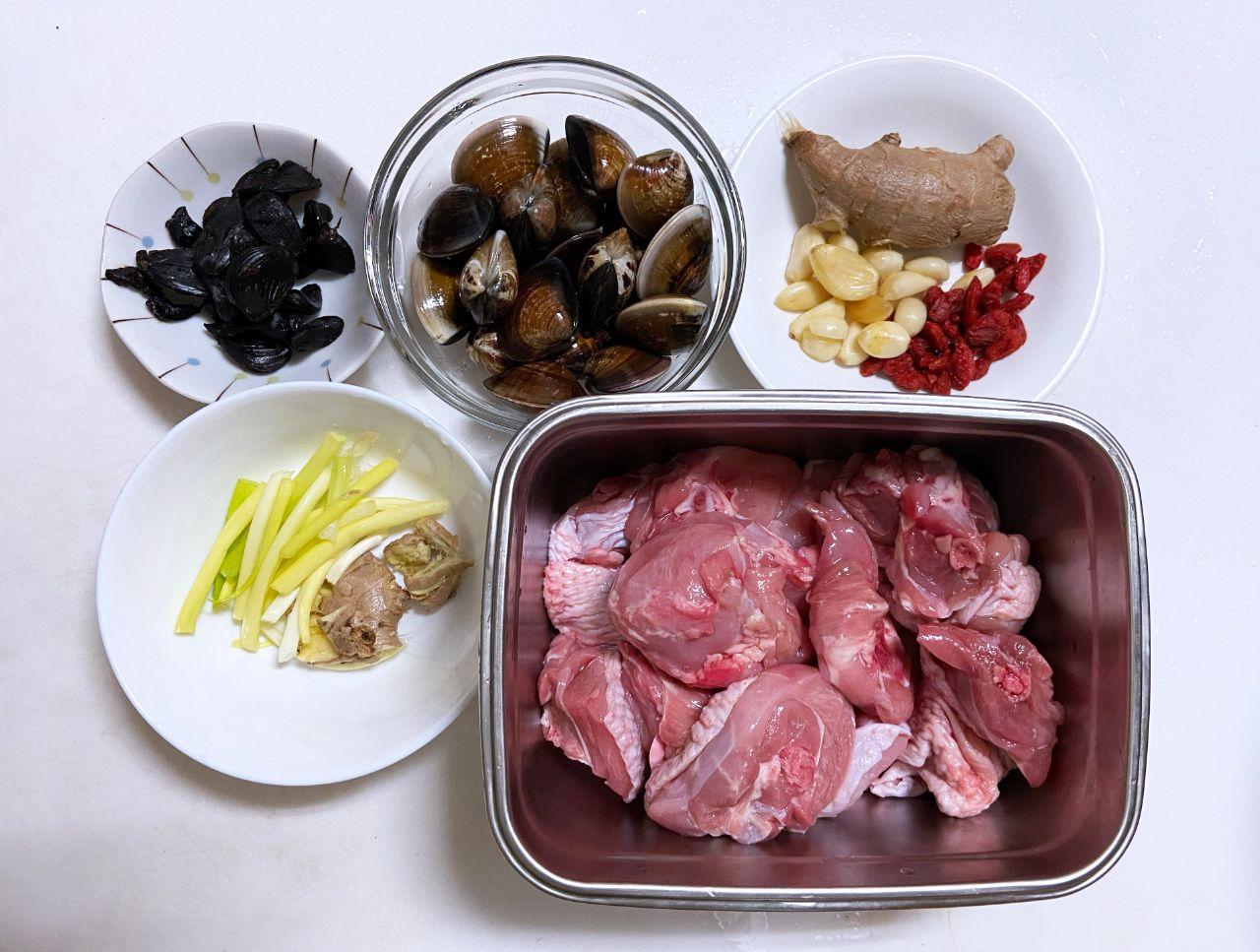 黑蒜蛤蜊雞湯:準備食材
