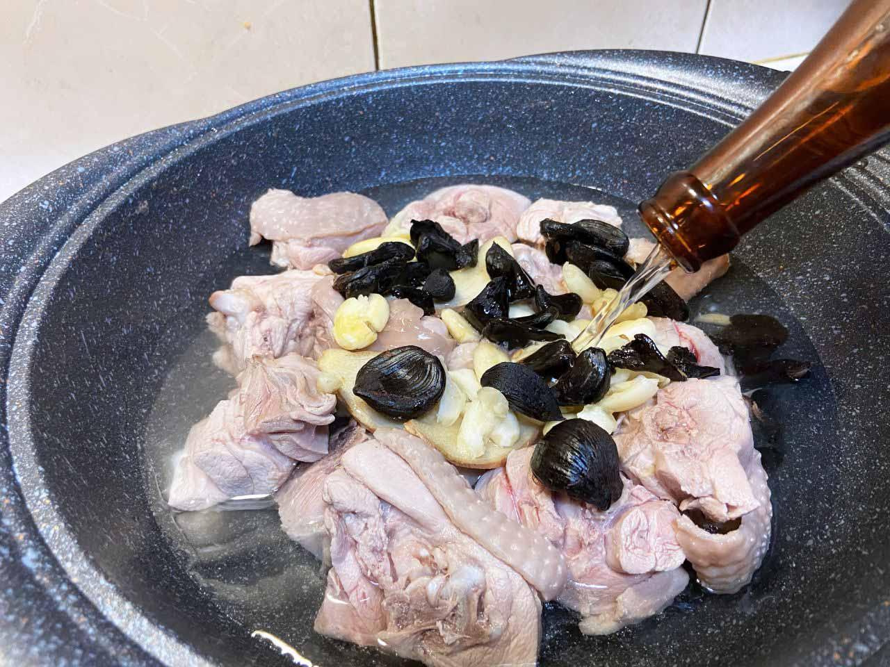 黑蒜蛤蜊雞湯料理